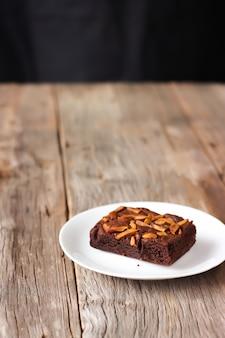 Brownie fait maison sur une plaque blanche. dessert sucré avec du cacao et du café.