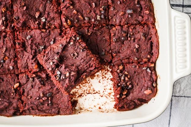 Brownie végétalien de betterave dans un plat allant au four, vue de dessus