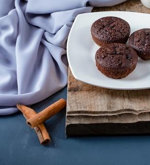 Brownies au cacao avec des bâtons de cannelle