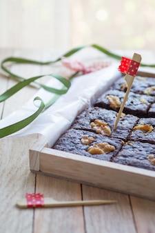 Brownies au chocolat décorés avec noyer dans une boîte en bois