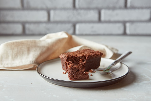 Brownies au chocolat dessert sur assiette avec concept de confiserie boulangerie serviette