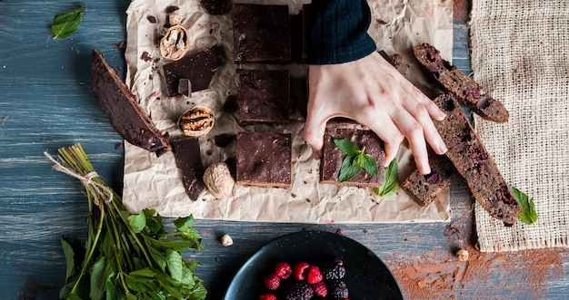 Brownies au chocolat faits maison sur une surface sombre.