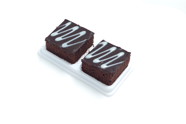 Brownies au chocolat frais sur fond blanc