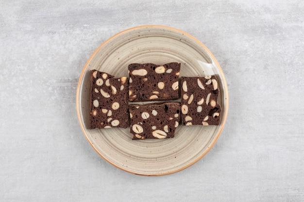 Brownies au chocolat maison sur une assiette, sur la table en marbre.