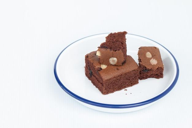 Brownies au chocolat maison garnis de tranches d'amandes dans un bol blanc