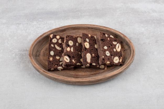 Brownies au chocolat maison sur une planche, sur la table en marbre.