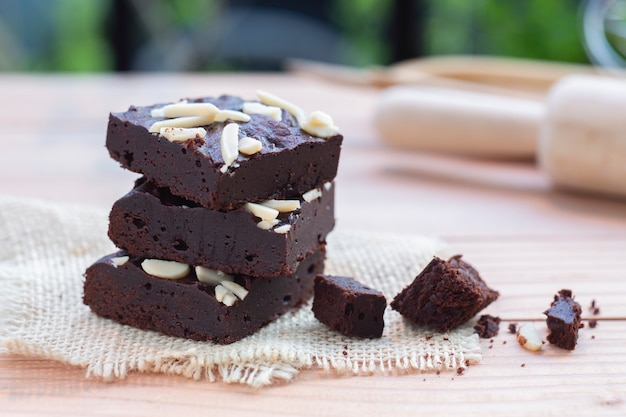 Brownies au chocolat noir avec garniture aux amandes.