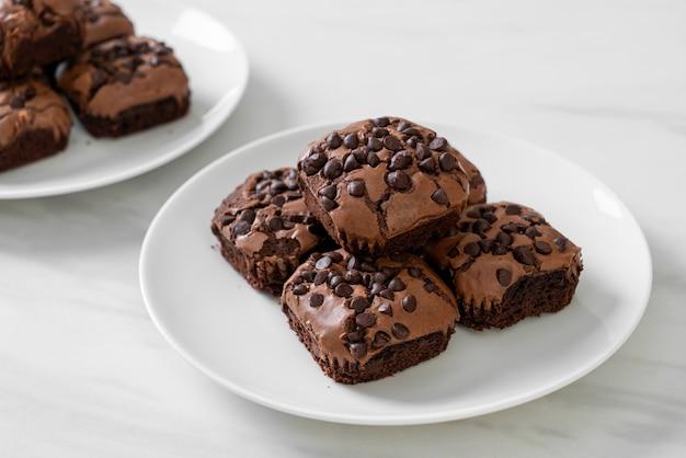 Brownies au chocolat noir avec des pépites de chocolat sur le dessus