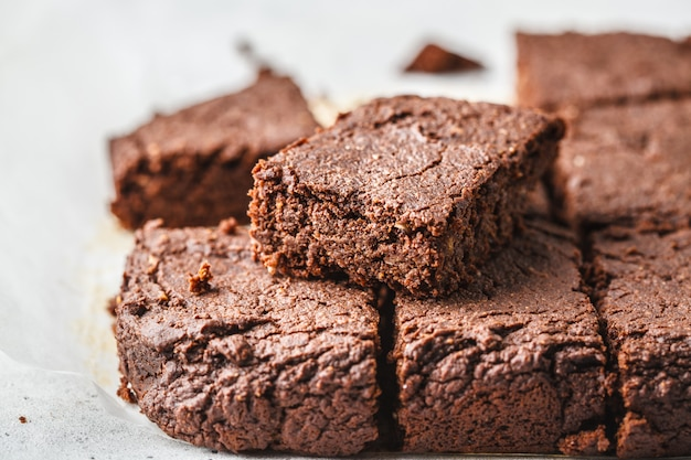 Brownies au chocolat végétaliens sur fond blanc.