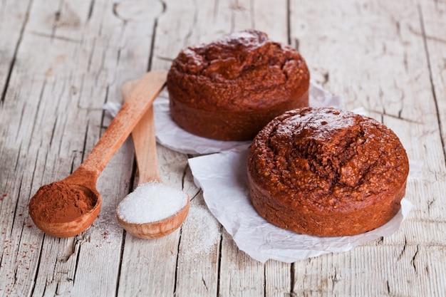 Brownies au four, sucre et cacao en poudre