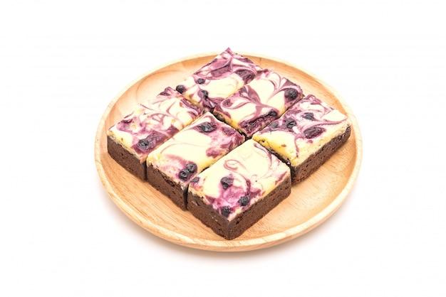 Brownies au fromage aux bleuets sur blanc