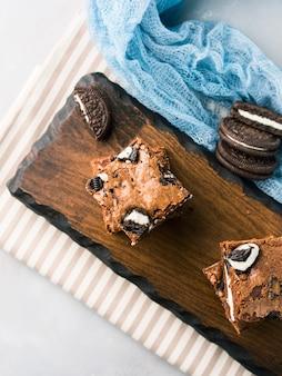 Brownies au fromage à la crème avec des biscuits