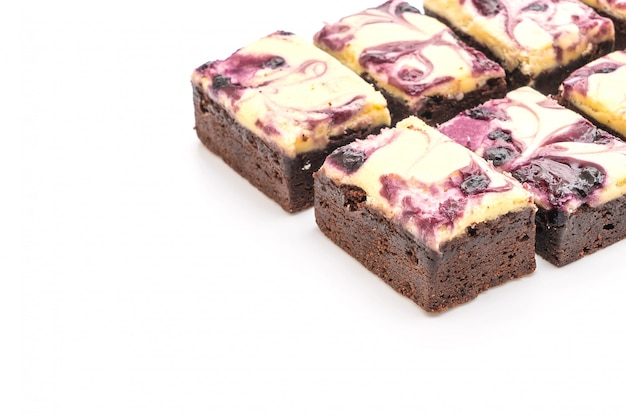 Brownies au fromage myrtille sur blanc
