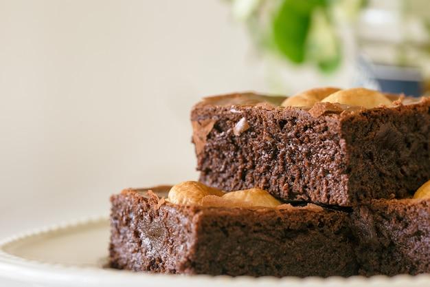 Brownies au fudge au chocolat noir garnis de noix de cajou.