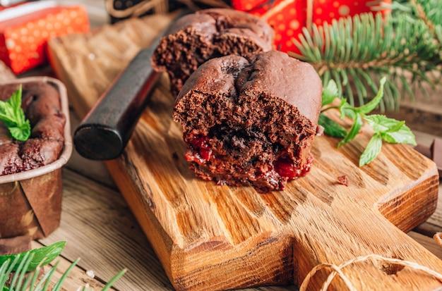 Brownies au gâteau au chocolat pour un cadeau sur une planche à découper en bois avec des décorations de noël sur un fond rustique. mise au point sélective