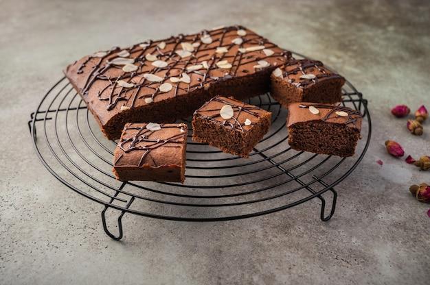 Brownies maison aux pétales de chocolat et d'amande.