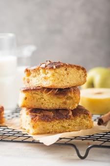 Brownies maison (blonde) brownies tranches de gâteau aux pommes avec un verre de lait