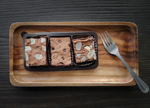 Brownies maison tranchés sur plaque de bois