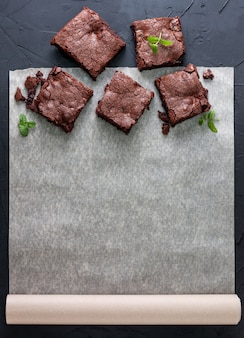 Brownies sur papier sulfurisé (vue de dessus)