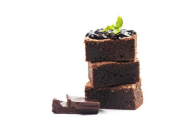 Brownies tranchés maison tour sur fond blanc isolat. dessert sucré et moelleux au chocolat.