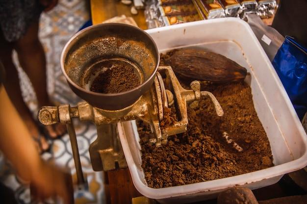 Broyage de cacao rôti au chocolat naturel sur l'île de roatan. honduras