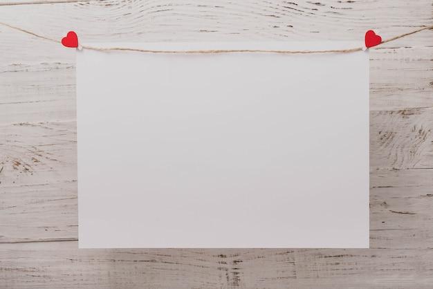 Brucelles avec un coeur sur un grand papier