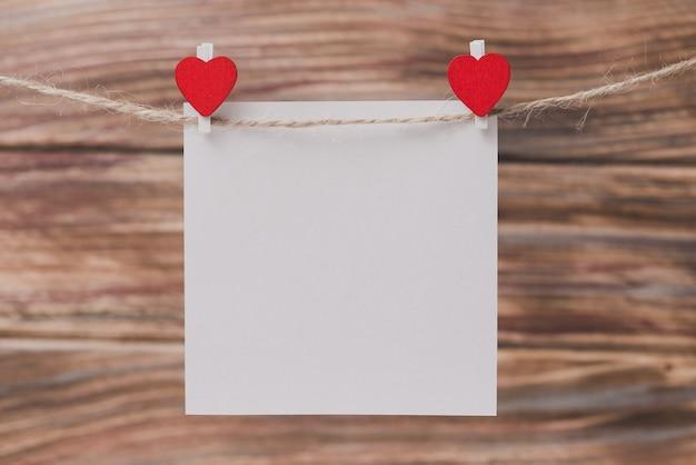 Brucelles avec un coeur tenant un papier