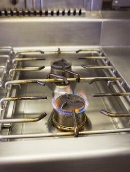 Brûlant du gaz sur la cuisinière à gaz de cuisine