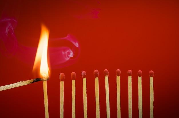 Brûler des allumettes incendiant ses voisins