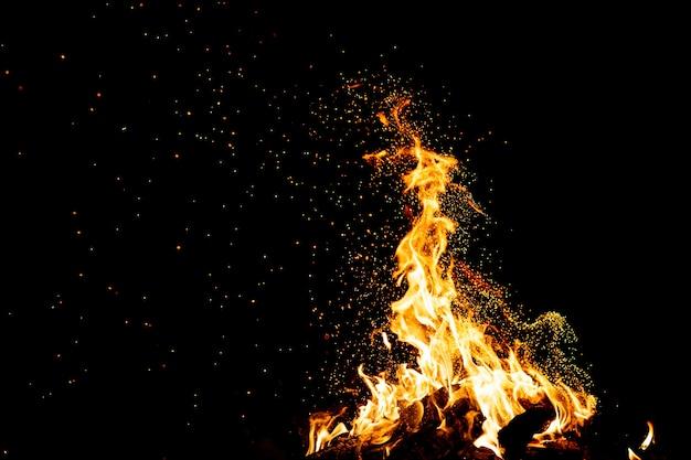 Brûler des bois avec des étincelles de feu.
