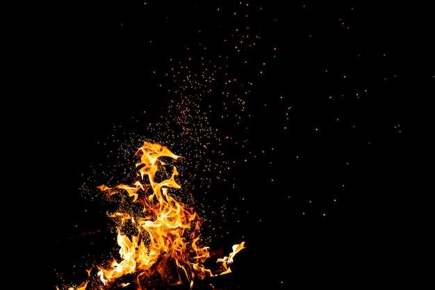 Brûler des bois avec des feux, des flammes et de la fumée.