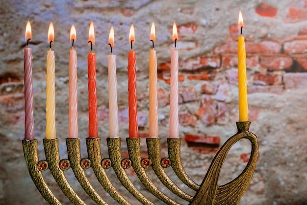 Brûler des bougies de hanouka dans une menorah