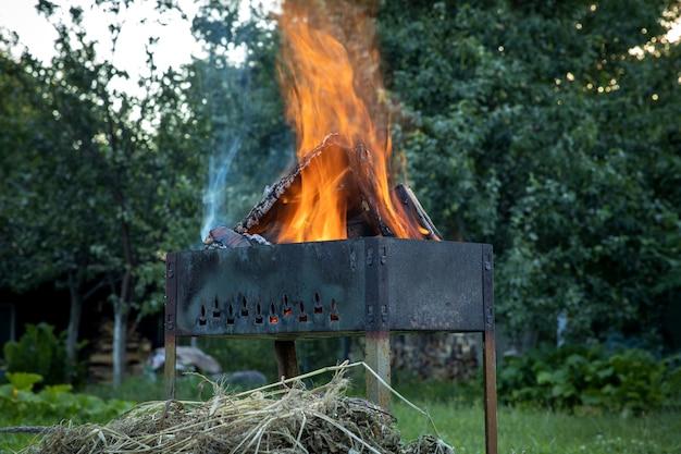 Brûler des bûches dans un brasero. l'heure du pique-nique.
