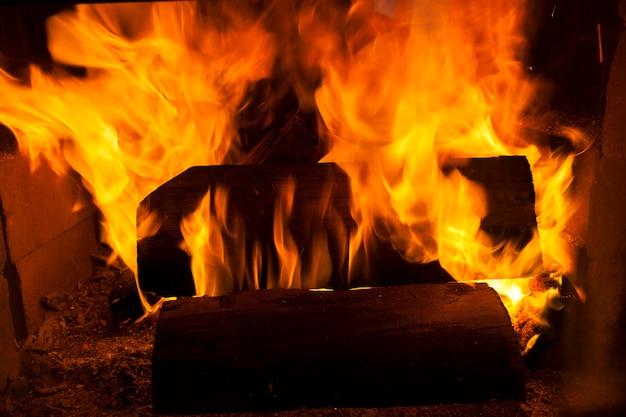Brûler des bûches dans le feu