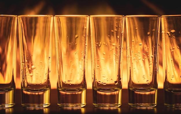 Brûler des cocktails en verre à liqueur sur une table, tequila