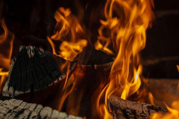 Brûler du bois de chauffage dans la cheminée se bouchent.