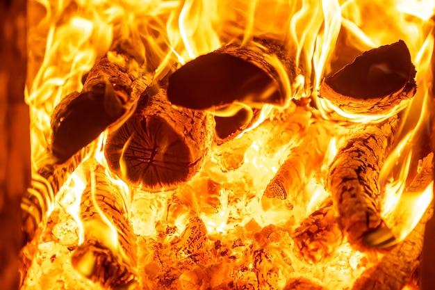 Brûler du bois dans la cheminée
