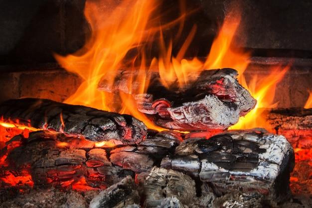 Brûler du bois la nuit. étincelles de flammes et de feu