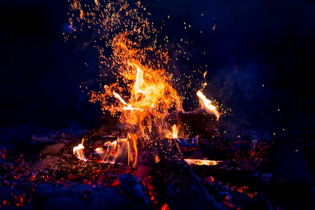 Brûler du bois la nuit