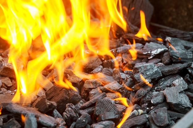 Brûler du charbon de bois en arrière-plan