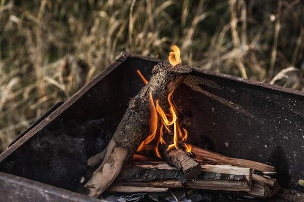 Brûler du charbon dans le feu pour le barbecue. fermer