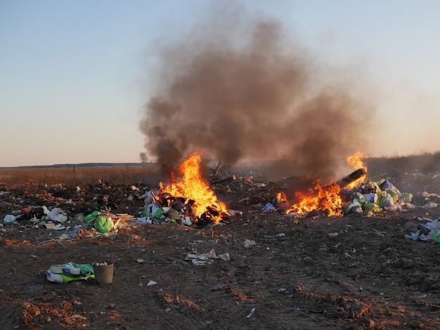 Brûler les ordures à l'extérieur