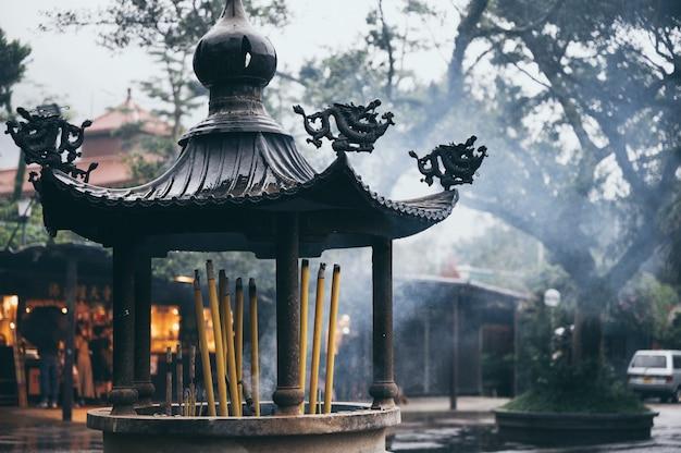 Brûleur d'encens dans un temple à hong kong