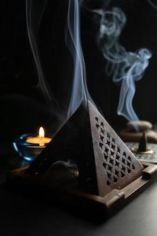 Brûleur d'encens dégageant une épaisse fumée