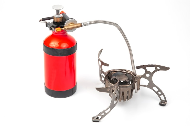 Brûleur touristique à gaz et à essence sur fond blanc. articles pour le tourisme et la survie
