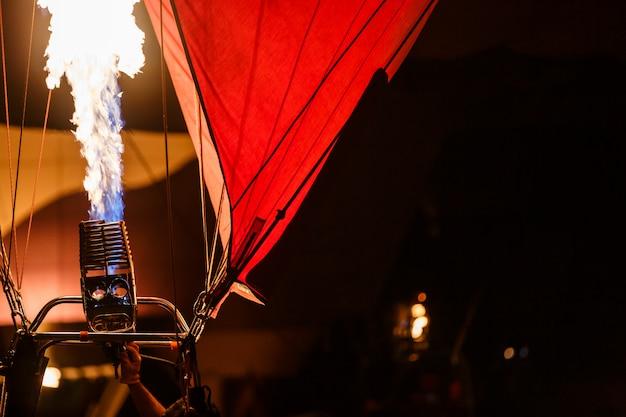 Les brûleurs d'une montgolfière se déclenchent, envoyant une décharge de gaz enflammé lors de la fête du festival des ballons
