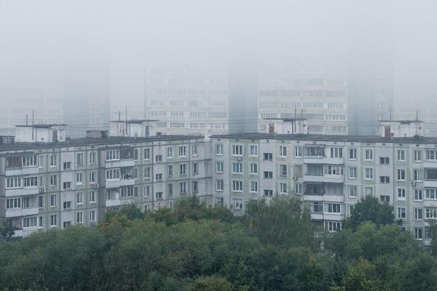Brume matinale sur les maisons à panneaux au début de l'automne.