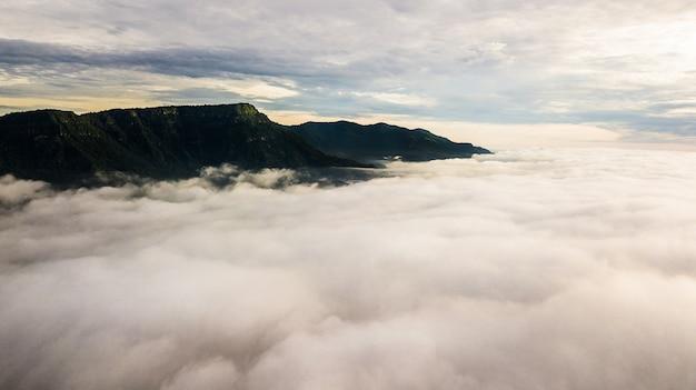 Brume matinale avec montagne, lever de soleil et mer de brume