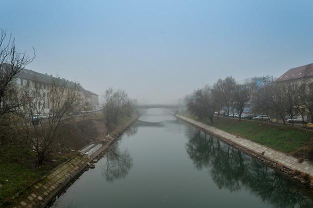 Brume matinale sur une rivière. scène d'hiver.
