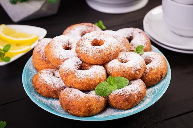 Brunch ou déjeuner. beignets faits maison saupoudrés de sucre en poudre.